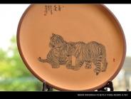 朱牧清紫砂壶 虽是幼虎,然有兽王之气  有骨有肉 朱牧清两只老虎 40cm 原矿段泥 - 美壶网