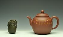 朱牧清紫砂壶 造型简洁大方  刻绘生动逼真  全手明泉  原矿清水泥 - 美壶网