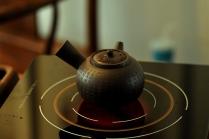 泓渝山房紫砂壶 泓渝山房 煮茶品茗 玩味侧把巨轮 茶人风情~ 电陶炉烧水 原矿黑星土 - 美壶网