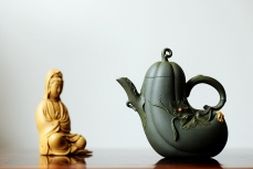 紫砂壶图片:田园之乐~写生造型 涌动的气韵 丝瓜 孙伟强张新亚合作原创作品 - 美壶网