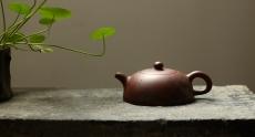 紫砂壶图片: 优质底料 李彦雄通景山水 全手小半月 古体山水 - 美壶网