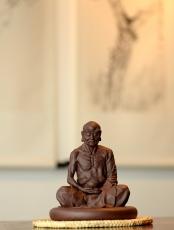 紫砂壶图片:造型古朴 神态细腻 做工精致  全手静坐罗汉 - 美壶网