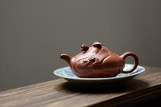 紫砂壶图片:器形端庄   朱泥鱼化龙 难度颇大 - 美壶网