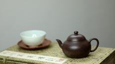 紫砂壶图片:雅致耐品 韵味十足 全手摹古铺砂梨形  娇小可人 - 美壶网