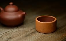 紫砂壶图片:曲峰扳指杯 优质底槽青粉段泥 - 美壶网