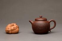 张听钢紫砂壶 端庄秀雅 双刀禅意装饰 全手和悦 适宜普洱、红茶 原矿紫泥 - 美壶网