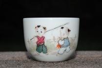 古月山房紫砂壶 双童子准备去钓鱼 景德镇主人杯  - 美壶网