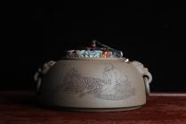 子陶紫砂壶 老青段精品瑞兽双耳罐 茶仓 水洗 烟灰缸 多用 子陶刻达摩伏虎图 不输名、家  - 美壶网