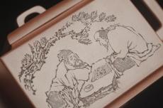 紫砂壶图片:全手工精致亚明四方壶 装饰对弈图 特文气 - 全手工紫砂壶网