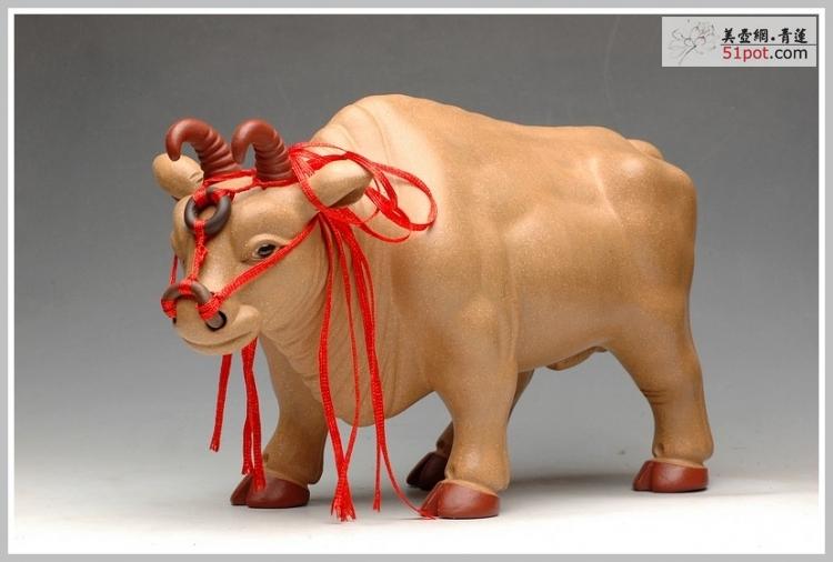 紫砂壶图片:丰收送金牛  精品雕塑长26cm - 美壶网