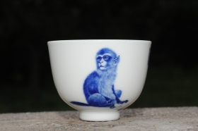 紫砂壶图片:生肖猴 景德镇全手工手绘青花主人杯  - 美壶网
