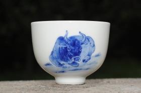 紫砂壶图片:生肖牛 景德镇全手工手绘青花主人杯 - 美壶网