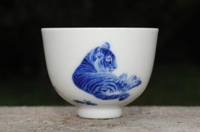 紫砂壶图片:生肖虎 景德镇全手工手绘青花主人杯  - 美壶网