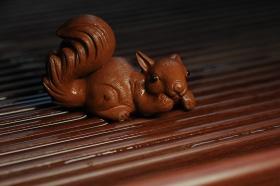 紫砂壶图片:美宠特惠 精致手工茶宠清水泥拉毛松鼠 神态可掬 有趣 - 美壶网