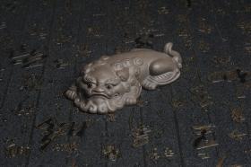 紫砂壶图片:美宠特惠 超精工老青灰泥镇纸狮子茶宠摆件 茶盘尤物长11.5cm高2.5cm - 美壶网