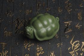 紫砂壶图片:美宠特惠 精致做工绿泥乌龟茶宠摆件 神态细腻 茶盘尤物 长9cm宽6cm高4.5cm - 美壶网