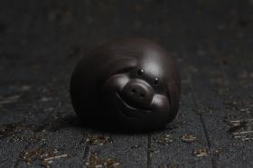 紫砂壶图片:美宠特惠 精工好料黑萌猪茶宠摆件 灰常可爱 长6.2cm高4cm - 美壶网