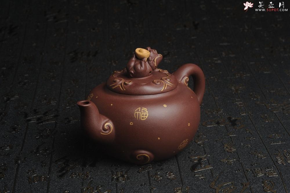 紫砂壶图片:美壶年底特惠 精工好泥福气金猪套壶 一壶二杯 出水如柱 高档包装 送礼佳品 - 宜兴紫砂壶网