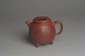 紫砂壶图片:美壶特惠 助工精工降坡泥三足牛盖壶 装饰人物特文气 - 美壶网