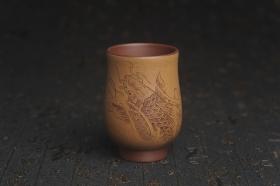 紫砂壶图片:美杯国庆特惠 精品好泥好工好刻雅致特厚实鱼跃主人杯二式 茶人醉爱 - 美壶网